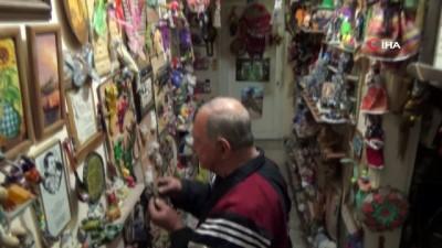 80 yaşındaki Erdem Erozan evinin duvarlarını 56 yıldır biriktirdiği oyuncaklarla donattı
