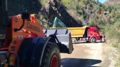 Giresun'da heyelan sonrası kapanan yolda temizleme çalışmaları devam ediyor