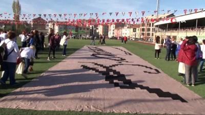 132 kadın 4 bin 356 motiften oluşan dev Atatürk imzası ördü