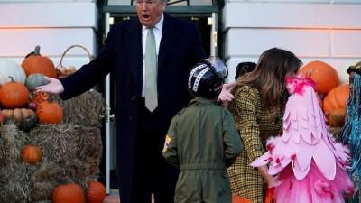 Beyaz Saray'ı 'cadılar' bastı: Donald ve Melania Trump çocuklara şeker dağıttı