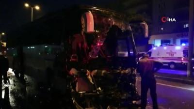 Yolcu otobüsü tıra çarptı: Çok sayıda yaralı var