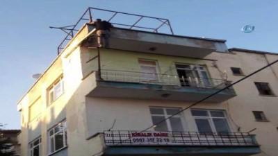 Çatıdan eve girmek istedi, korkuluklarda mahsur kaldı
