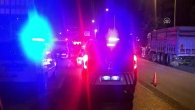 ticari arac - Hafif ticari araç refüje çarptı: 1 ölü, 1 yaralı - İZMİR