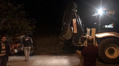 Otomobil çarpıştığı traktöre takla attırdı