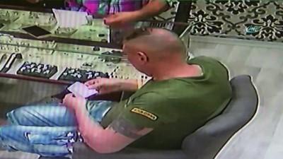 Polis gözetiminde yemek yediriliyor. İrlandalı turist 40 bin dolarlık pırlanta yüzüğü yutarak çaldı