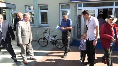 Hatalı sürücüleri uyaran çocuğa bisiklet hediye edildi - ZONGULDAK