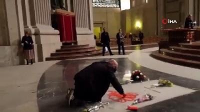 anit mezar -  - Grafiti sanatçısı Diktatör Franco'nun mezarına özgürlükçü kırmızı kuş çizdi