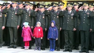 Asker babaları selam durdu, çocukları esas duruşu bozmadı