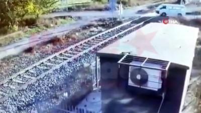 Hemzemin geçitte evli çiftin hayatını kaybettiği tren kazası kamerada
