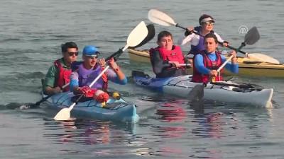 Görme engelli iki genç kanoyla İzmir Körfezi'ni geçti