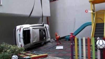 saglik ekipleri -  Lüks otomobili park ederken 4 metreden sitenin parkına düştü
