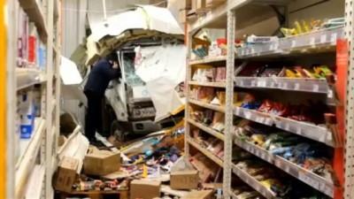 Rusya'da freni patlayan kamyonet süpermarkete girdi