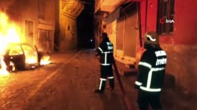 Tarihi sokakları alevler aydınlattı... Park halindeki otomobil alev aldı