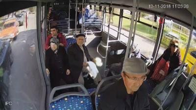 Halk otobüsü şoförü, rahatsızlanan yolcuyu hastaneye kadar götürdü... O anlar kamerada Haberi