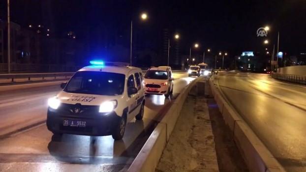 trol - İzmir'de bariyerlere çarpan otomobilin sürücüsü yaralandı Video