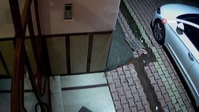 Kapı önündeki ayakkabıları seçip çalan hırsız kamerada