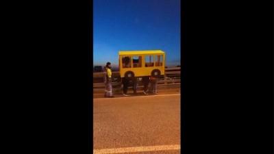 grup genc - Video | 'Yayalar giremez' yasağını otobüs kılığına girerek deldiler