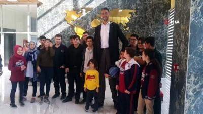 Dünyanın en uzun adamı Sultan Kösen öğrencilerle buluştu