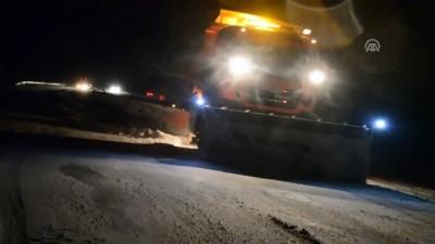 Tendürek Geçidi'nde kar yağışı ve tipi nedeniyle araçlar mahsur kaldı - AĞRI Video