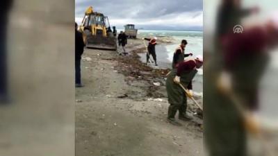 Van Gölü'ne sızan zift temizlendi - VAN