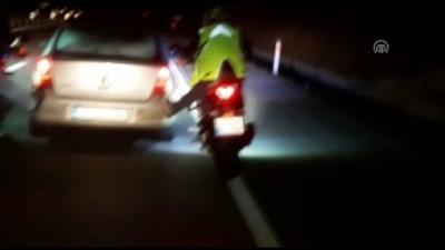 Motosikletliler ayaklarıyla arızalı otomobili itti - TOKAT