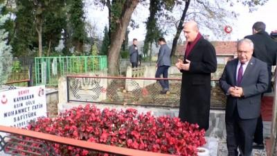 Bakan Soylu, şehit kaymakam Safitürk'ün mezarı başında dua etti