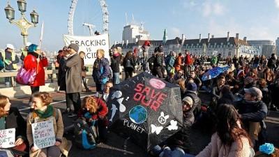 Londra'nın beş köprüsünde iklim değişikliği protestosu