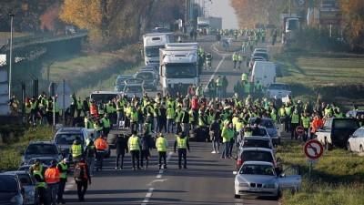 | Fransa'da akaryakıt zammına dev protesto: 2 bin noktada 124 bin eylemci