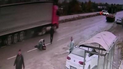 yasli adam -  Yaşlı adama çarpıp kontrolden çıkan araç kamerada