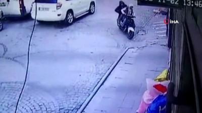 Çinli kadının çantasını çalan motosikletli kapkaççılar kamerada