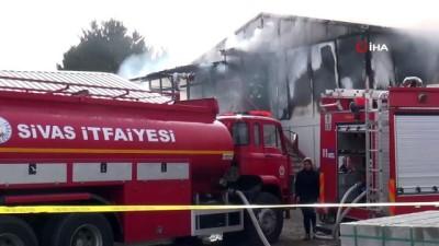 Hastanenin inşaatında çalışan inşaat işçilerin kaldığı prefabrikte yangın