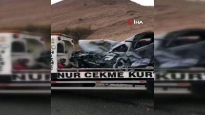 İki otomobil kafa kafaya çarpıştı: 1'i ağır, 6 yaralı