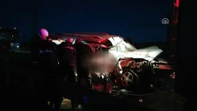 kimlik tespiti - Yolcu otobüsü hafif ticari araçla çarpıştı: 2 ölü, 4 yaralı (1) - SİVAS