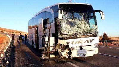 Yolcu otobüsü hafif ticari araçla çarpıştı: 2 ölü, 4 yaralı (2) - SİVAS