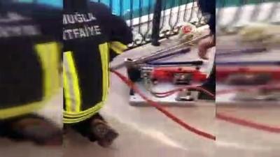Balkon korkuluğa sıkışan köpeği itfaiye kurtardı