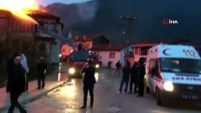 Taraklı'da 3 ahşap ev alev alev yandı
