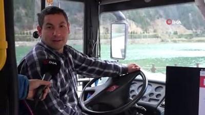 Yolcu otobüsünü canlı yayın aracına dönüştürdü