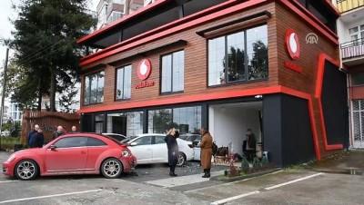 Trabzon'da kontrolden çıkan minibüs iş yerine girdi
