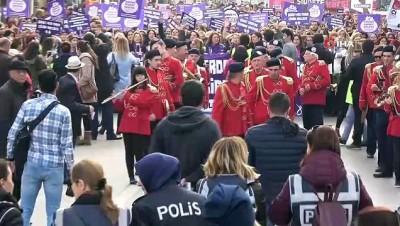 Kadın polisler hem yürüyen kadınları korudu hem de onlarla birlikte yürüdü