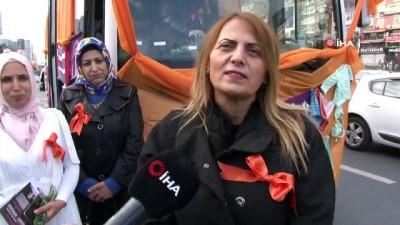 Kadınlar farkındalık için örgülerle otobüs süsledi, sokaklarda gezdi