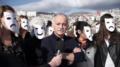 Maske takıp şiddeti anlattılar