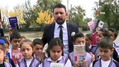 Minik öğrenciler şehir merkezine inip vatandaşlarla kitap okudu