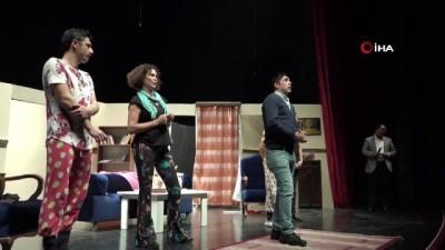 Tiyatro salonu oyun sonunda turuncuya boyandı...Bilecik'te ünlü tiyatrocular ''Kadına Karşı Şiddete Hayır'' mesajı verdi