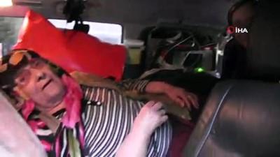 yasli kadin -  Dereyi ambulansla geçirdiler... Hastaneden taburcu oldu evine dönüşü çileye dönüştü