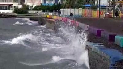 Lodos nedeniyle oluşan dev dalgalar sahili dövüyor