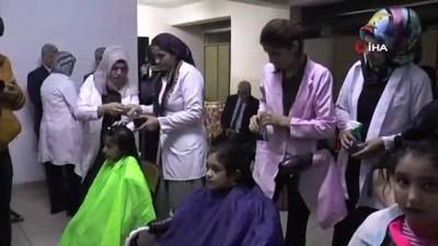 Suriyeli kız öğrencilerin saç bakımları yapılıyor