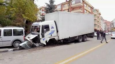 Freni boşalan kamyon 9 araca çarptı - ANKARA