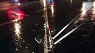 Lüks otomobilin çarptığı aydınlatma direği yola devrildi