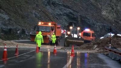 Toprak kayması sonucu yol kapandı - KIRKLARELİ