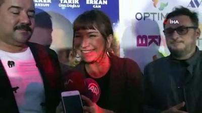 Adana'da 'Hedefim Sensin' filminin ilk gösterimini Ata Demirer ve Demet Akbağ, hayranlarıyla izledi